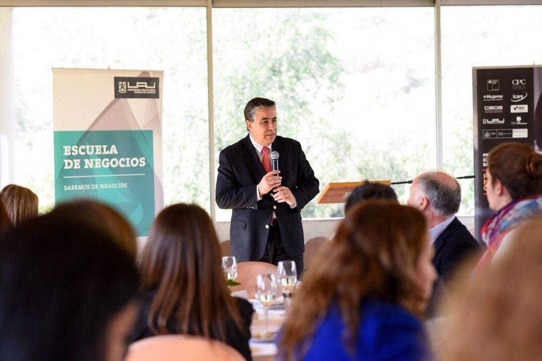 Claudio Muñoz entrega credenciales a alumnas del programa promociona