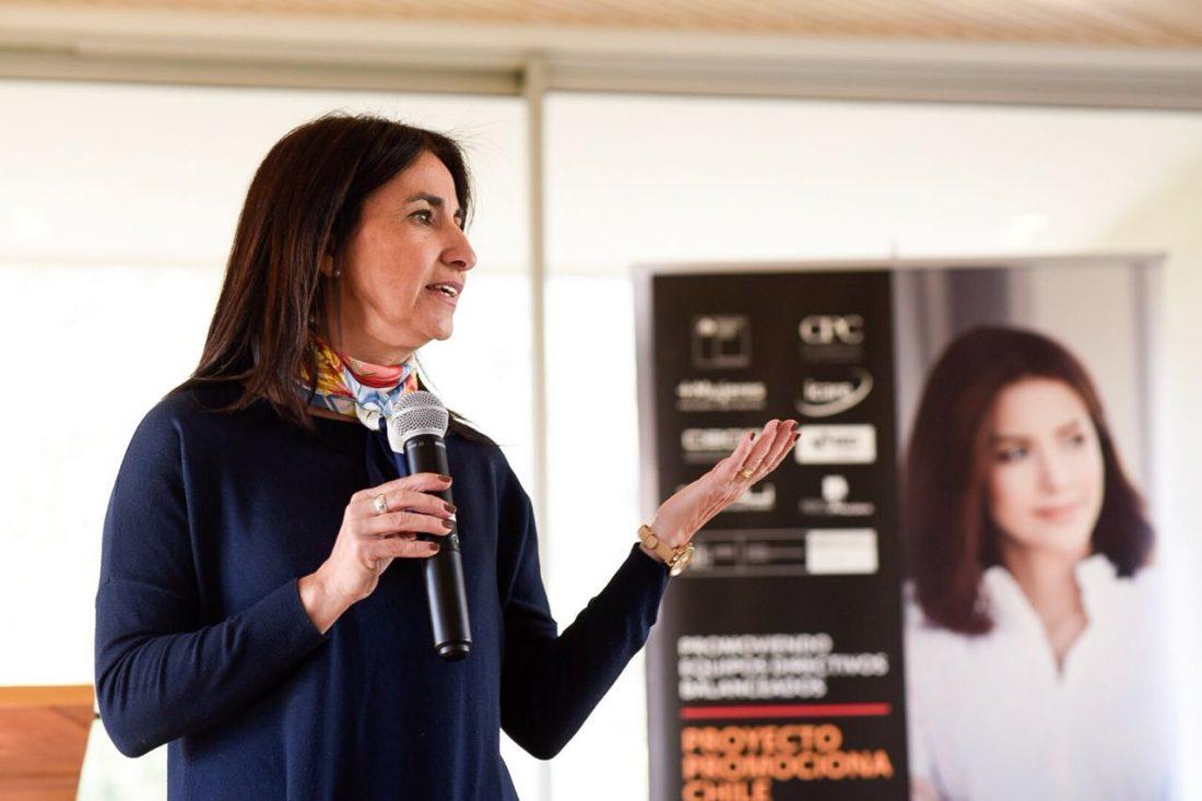 Carolina Cuevas le habla a las alumnas del programa promociona