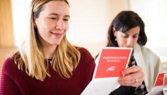 ICARE entrega credencial liberada a sus eventos a alumnas del Programa Promociona Chile