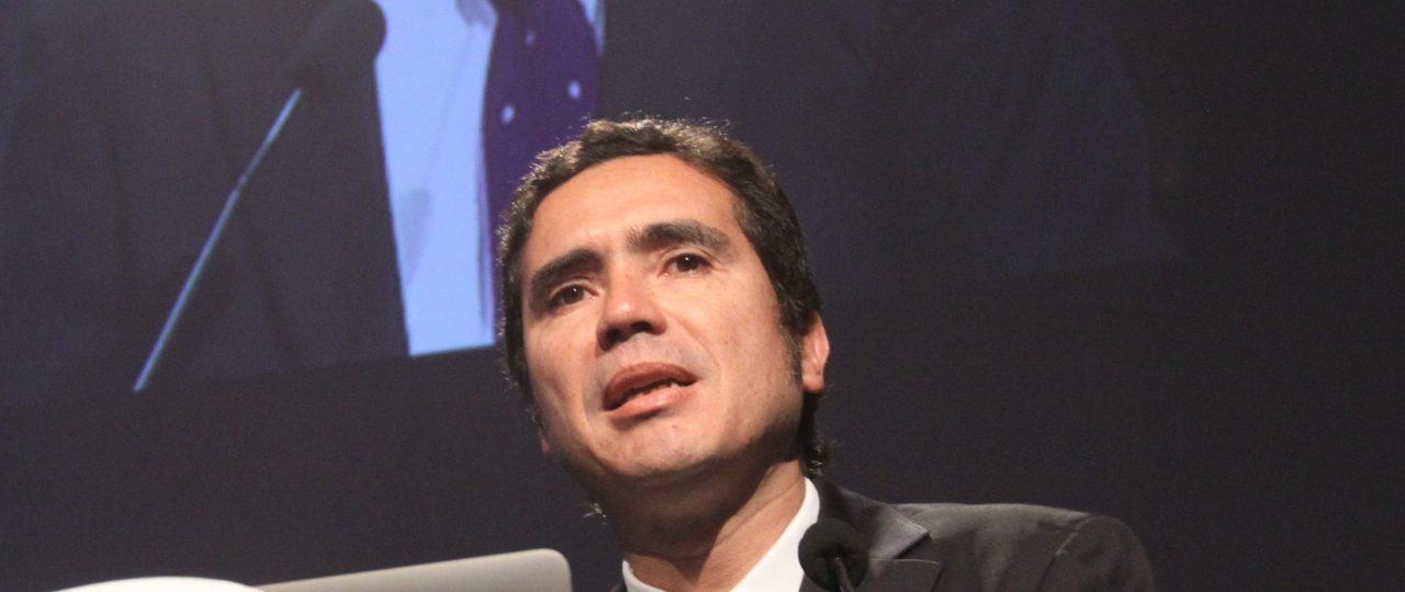 """""""La excesiva regulación trae costos de productividad al país"""", afirma decano Escuela de Gobierno UAI"""